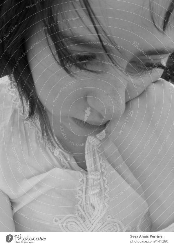 Sehnsucht Frau Selbstportrait schwarz weiß Trauer Einsamkeit Haare & Frisuren Gesicht Hemd Hand Faust Verzweiflung Schwarzweißfoto Traurigkeit