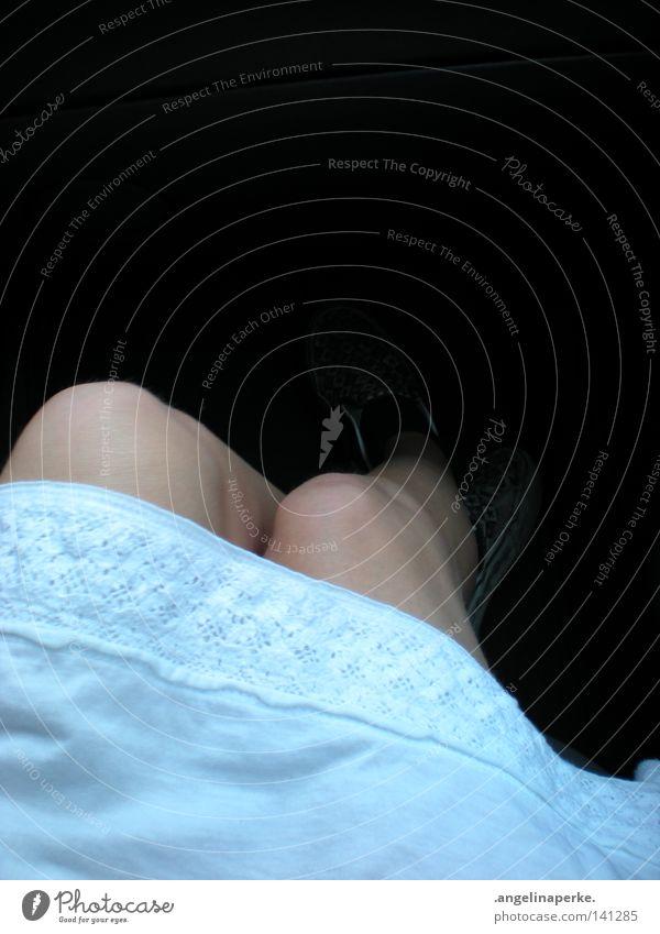 is schattig im fussraum weiß Knie Lieferwagen Schuhe Strümpfe Schatten Sommer Physik Freizeit & Hobby Seil Spitze Beine sitzen gemistert PKW Wärme