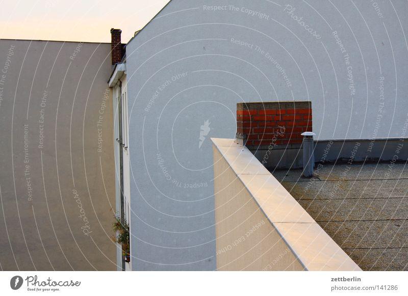 Dach Flachdach Spitzdach Dachziegel Haus Gebäude Mieter Vermieter Fassade Fenster Schornstein Dachgiebel Wand Brandmauer hoch aufwärts Detailaufnahme