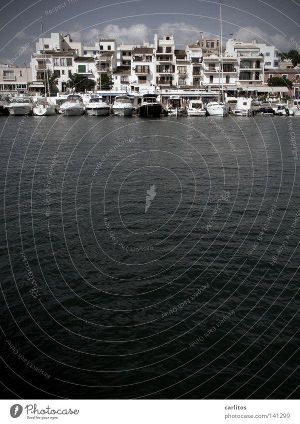 Grüße aus Porto Petro Meer Strand schwarz Wasserfahrzeug Küste Sicherheit Schutz Hafen Spanien Unwetter Mallorca Mole ankern Balearen Jachthafen
