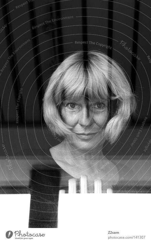 durchdringlich Frau Mensch alt schwarz Auge feminin Haare & Frisuren Linie blond Glas Streifen durchsichtig Fensterscheibe graphisch Porträt abstrakt