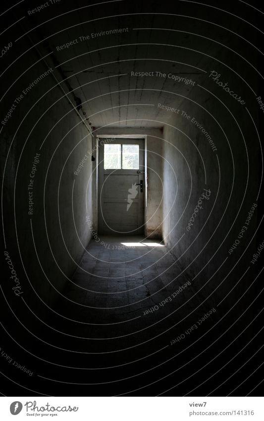 Kellergang Licht Schatten Wege & Pfade Gang Flur Putz Wand Ende Tür Beginn neu hell Detailaufnahme Bodenbelag Decke Skala eng dunkel Glas Fenster Verlauf Tunnel