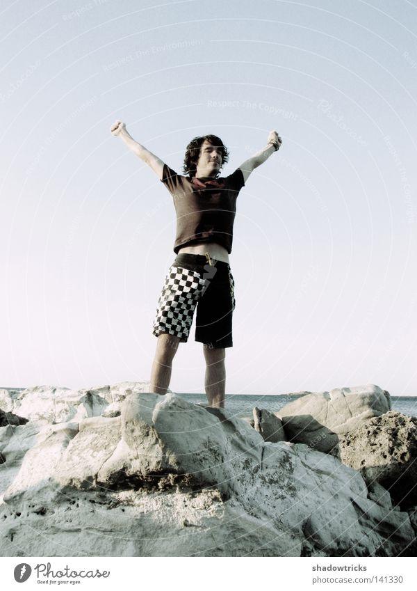 Alive Freude Ferien & Urlaub & Reisen Freiheit Sommer Strand Meer Arme Wasser Himmel Felsen violett Stimmung gestikulieren Applaus Abend genießen Erfolg