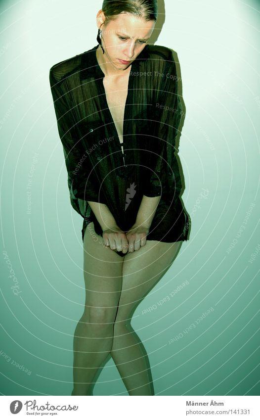 Feuchte Tatsachen. Frau Mensch Hand kalt nackt Haare & Frisuren Beine Regen blond Arme Haut nass Wassertropfen Bekleidung festhalten