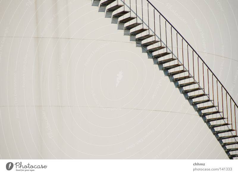 Rundum klein Treppe groß Industrie Flüssigkeit Sammlung Lager Erdöl Behälter u. Gefäße Windung Benzin Chemie Silo gedreht Chemikalie Schließfach