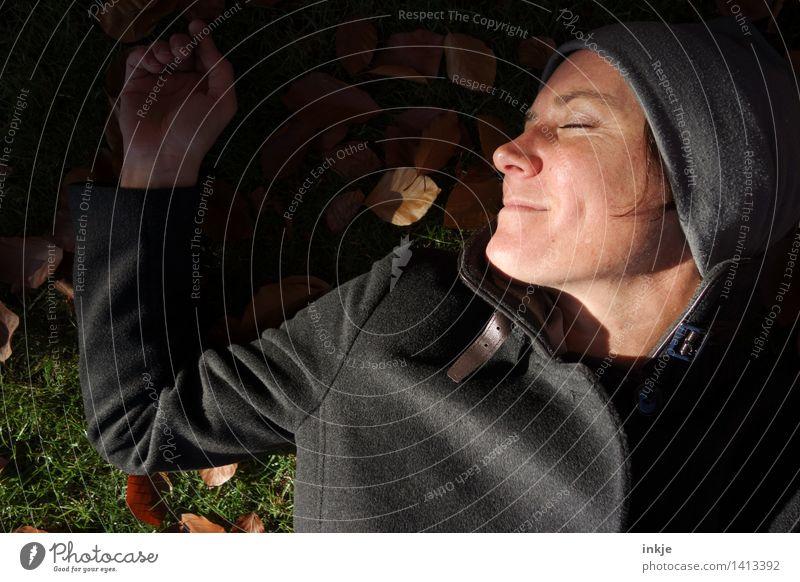 luzides Träumen II Mensch Frau Natur Erholung Blatt ruhig Freude Gesicht Erwachsene Leben Herbst Wiese Gras Glück Lifestyle Garten