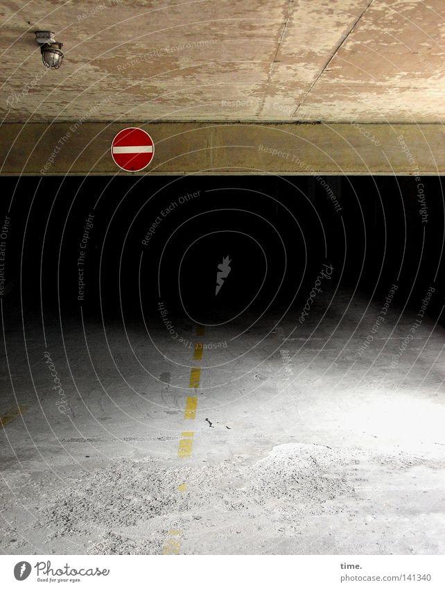 HH08.2 - Morbider Charme eines Baustoffs dunkel grau Architektur Lampe Schilder & Markierungen Beton geheimnisvoll Risiko Verbote unheimlich Parkhaus Fahrbahn Verkehrsschild Ausfahrt Fahrbahnmarkierung