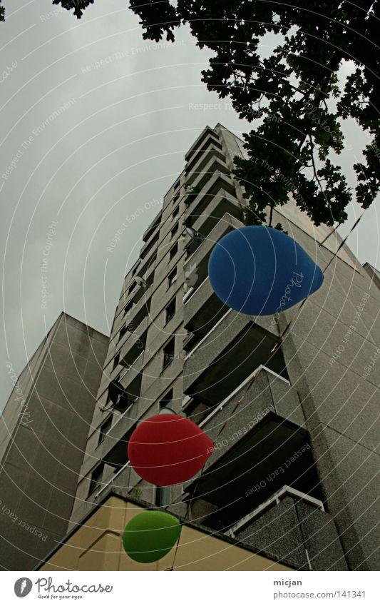 HH08.2 - RGB-Party Himmel blau grün Baum rot Wolken Haus dunkel Architektur Gebäude grau Feste & Feiern Regen Wetter trist Hochhaus