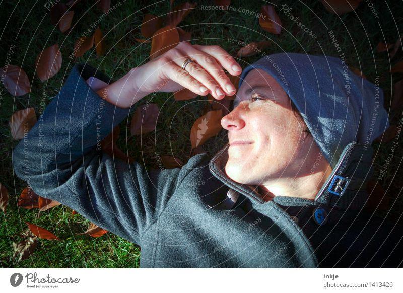 Herbst. Mensch Frau Natur Sonne Erholung Hand Blatt ruhig Gesicht Erwachsene Leben Wiese Gras Garten Lifestyle