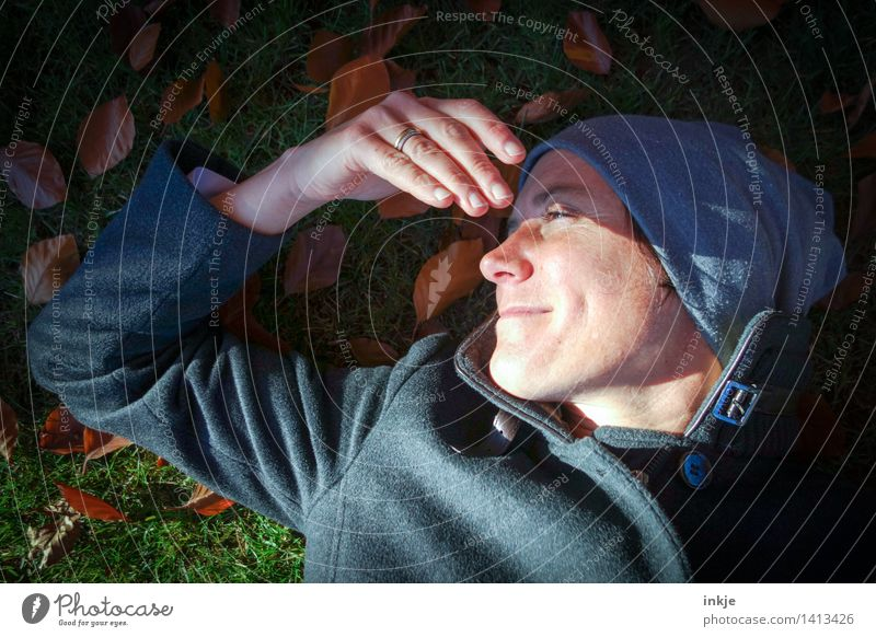 Herbst. Mensch Frau Natur Sonne Erholung Hand Blatt ruhig Gesicht Erwachsene Leben Herbst Wiese Gras Garten Lifestyle