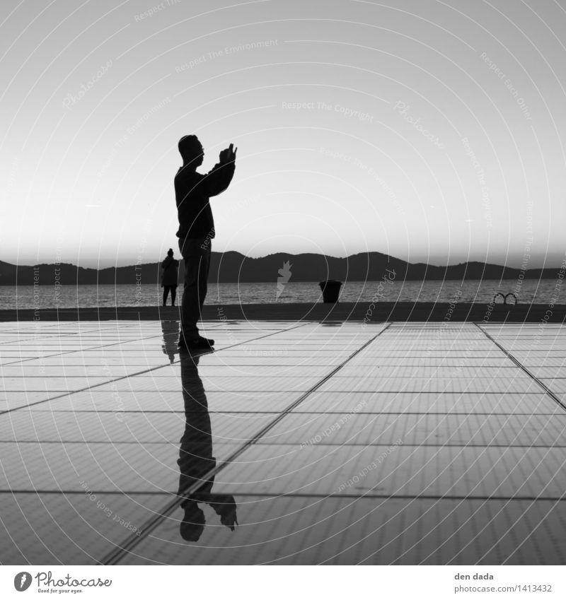 lonely Mensch maskulin 2 Meer Adria Zadar Kroatien Sehenswürdigkeit Wahrzeichen pozdrav Sunce beobachten Denken Blick stehen ästhetisch dunkel elegant