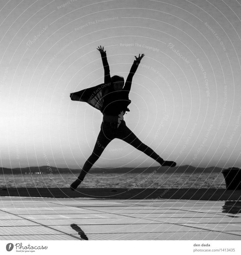 jump again Mensch Jugendliche Junge Frau Meer Freude Spielen Glück springen Horizont wild leuchten frisch Kraft authentisch Erfolg Fröhlichkeit