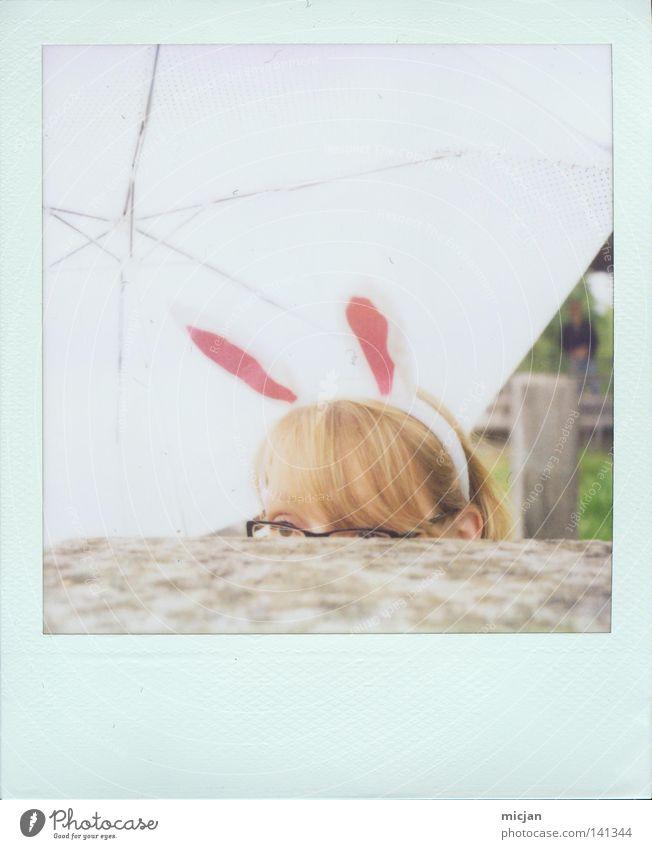 HH08.2 - Mümmelfrau Hase & Kaninchen Freude süß niedlich verstecken Ohr Tier Regenschirm Schirm weiß Granit Block Steinblock aufgeklappt Polaroid