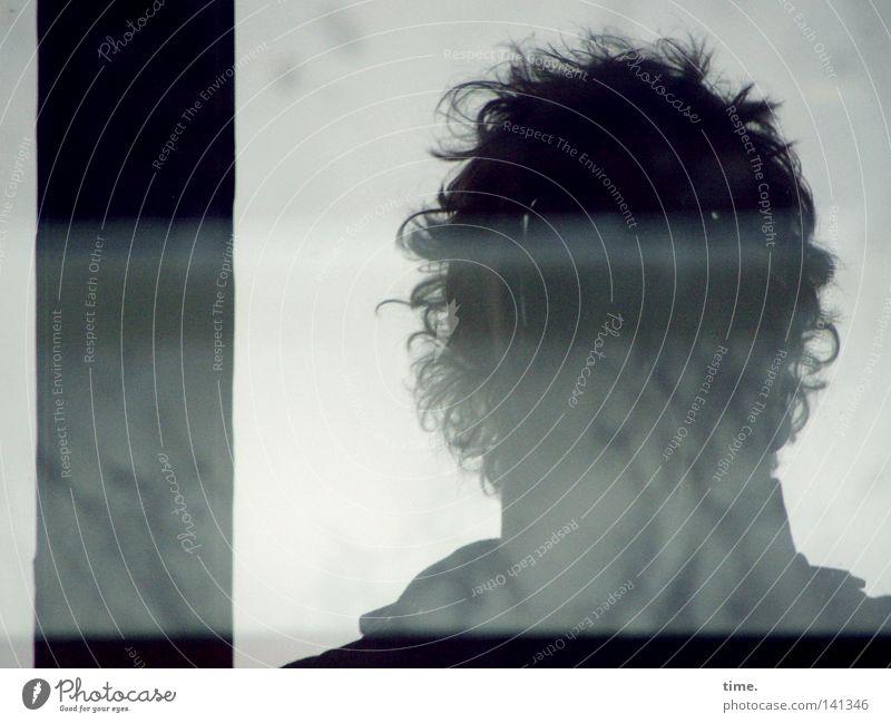 HH08.2 - Twilight im Hinterhof Mann grau Regen Erwachsene Locken Fensterscheibe trüb frontal Balken Fensterplatz Wuschelkopf