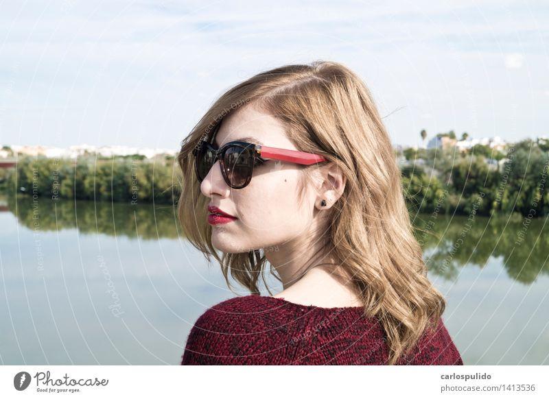 # 1413536 schön feminin Junge Frau Jugendliche Erwachsene Gesicht Mensch 18-30 Jahre Natur Landschaft Baum Park Fluss Pullover Sonnenbrille blond Coolness