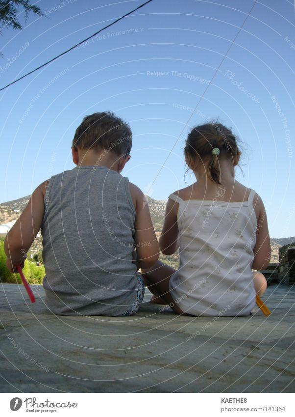 freunde Kind Mädchen Himmel blau Sommer Freude Ferien & Urlaub & Reisen ruhig Liebe Junge Spielen Familie & Verwandtschaft Wärme Physik Vertrauen geheimnisvoll