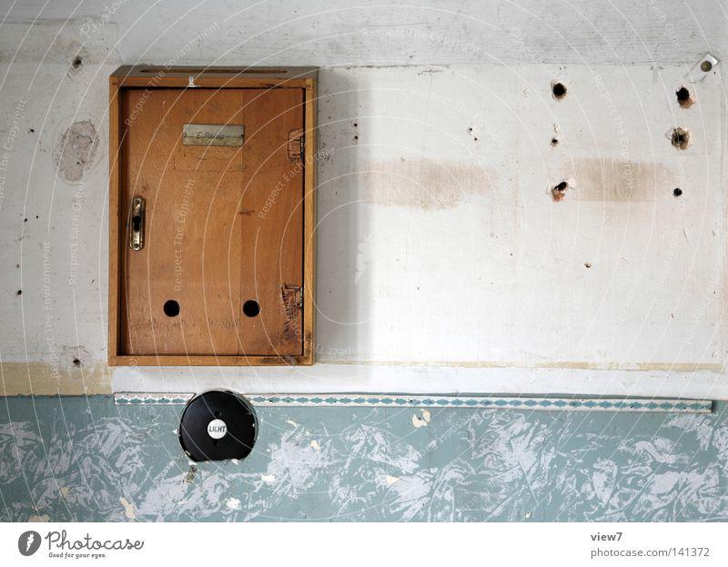 E.Pausig Haus Einsamkeit Wand Holz hell Wohnung gehen Schilder & Markierungen Zeit Elektrizität Ende Zeitung Dekoration & Verzierung Vergänglichkeit Medien