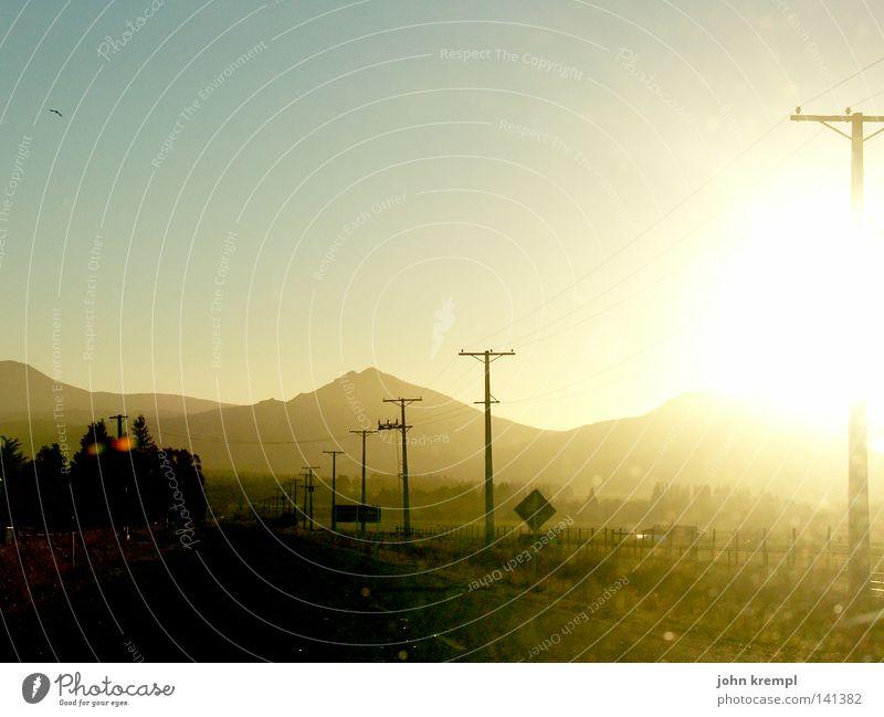 road to nowhere Himmel blau Straße Berge u. Gebirge Wege & Pfade Schilder & Markierungen Elektrizität fahren Insel Länder Amerika Inseln Strommast Fernweh Abenddämmerung blenden