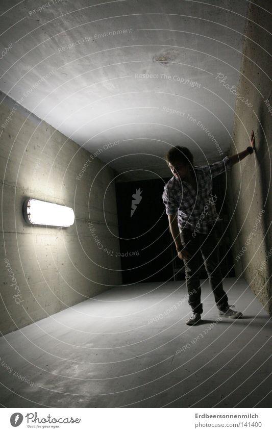 Oh mein Gott, Licht! Mann dunkel kalt Wand grau Graffiti Erde Angst Tunnel Hemd Mond Chucks falsch Panik Scheinwerfer ernst