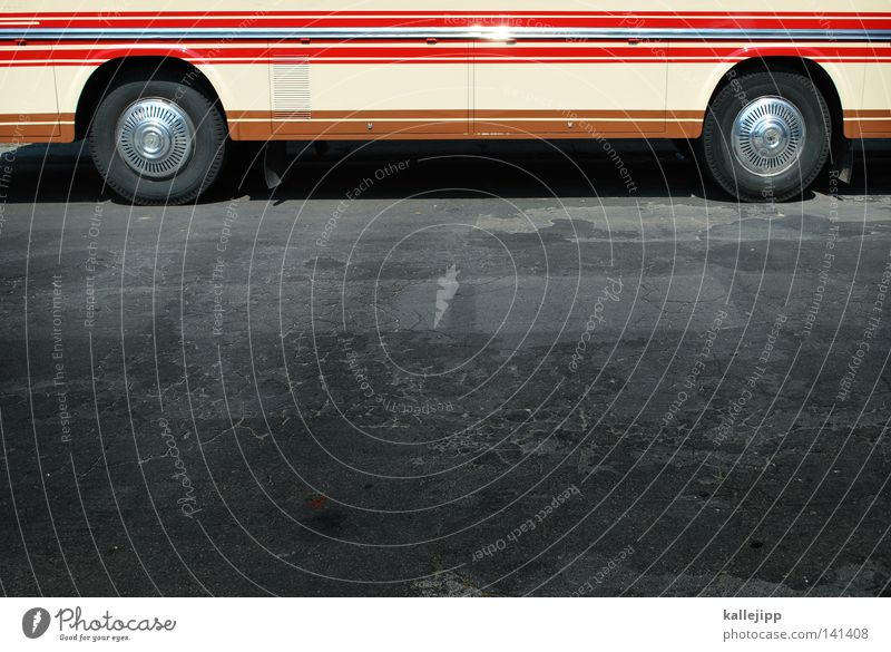 fahr in urlaub Bus rot Orange Wohnwagen Fenster Reifen Rad Vorhang alt Parkplatz Stellplatz Streifen Teer Asphalt Spalte Holzleiste axial Achse 2 Radkappe Blech