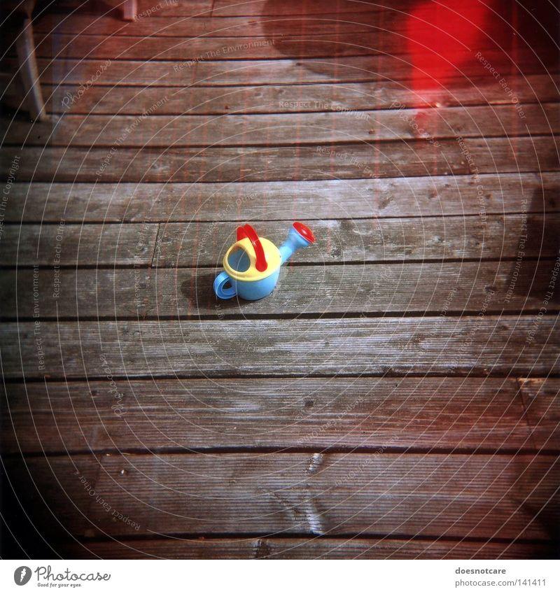 ours alone. Spielen Spielzeug Gießkanne rot Doppelbelichtung Mittelformat Rollfilm analog Haushalt Diana+ Vignette Lomografie Holga Light leak Holzfußboden
