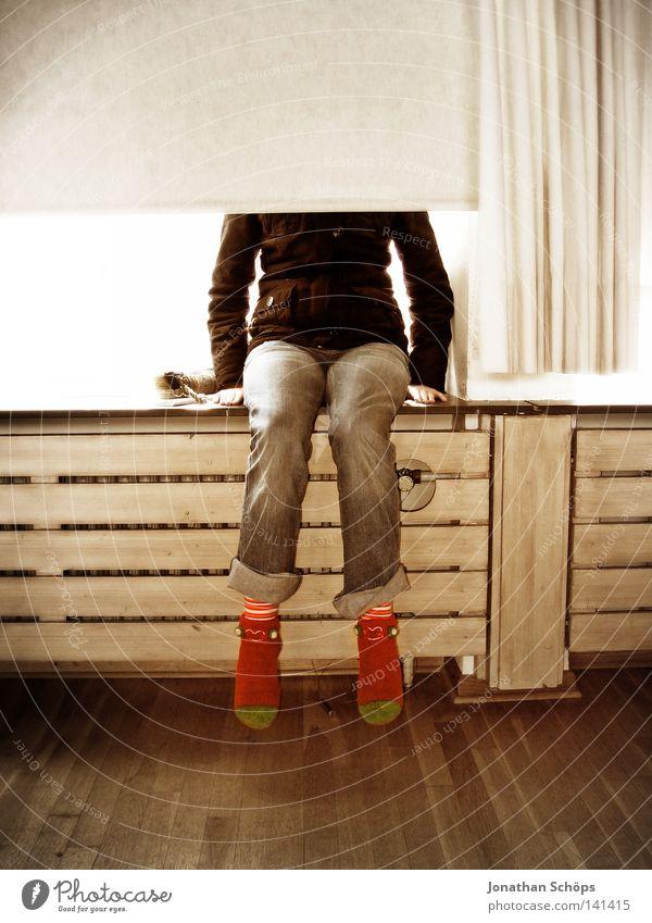weiblicher Teenager sitzt verdeckt auf Fensterbank hinter Rolladen kopflos Kopf Frau Mädchen Vorhang Heizkörper Schuhe rot Parkett unvollendet Verstand blind