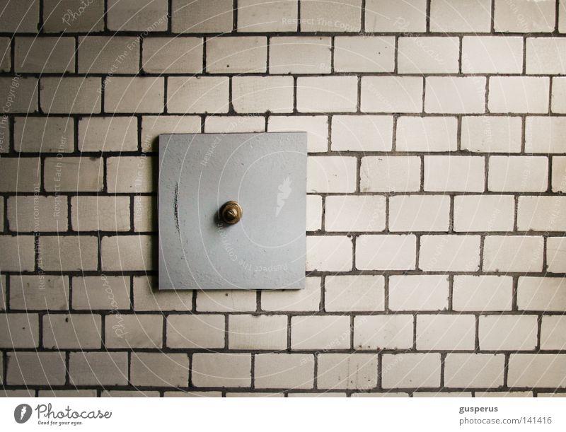 Strategies Against Architecture Wand gegen Backstein Halterung Strebe Sicherheit Gemäuer Dinge Fotografieren Verbindung Rest Detailaufnahme Industrie Bahnhof