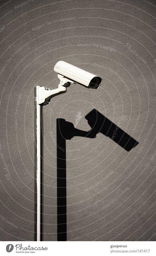 sehen und gesehenwerden Überwachung unsicher Überwachungsstaat Detailaufnahme Macht Sicherheit Fotokamera untertauchen Schatten einfach Klarheit orwell 1984