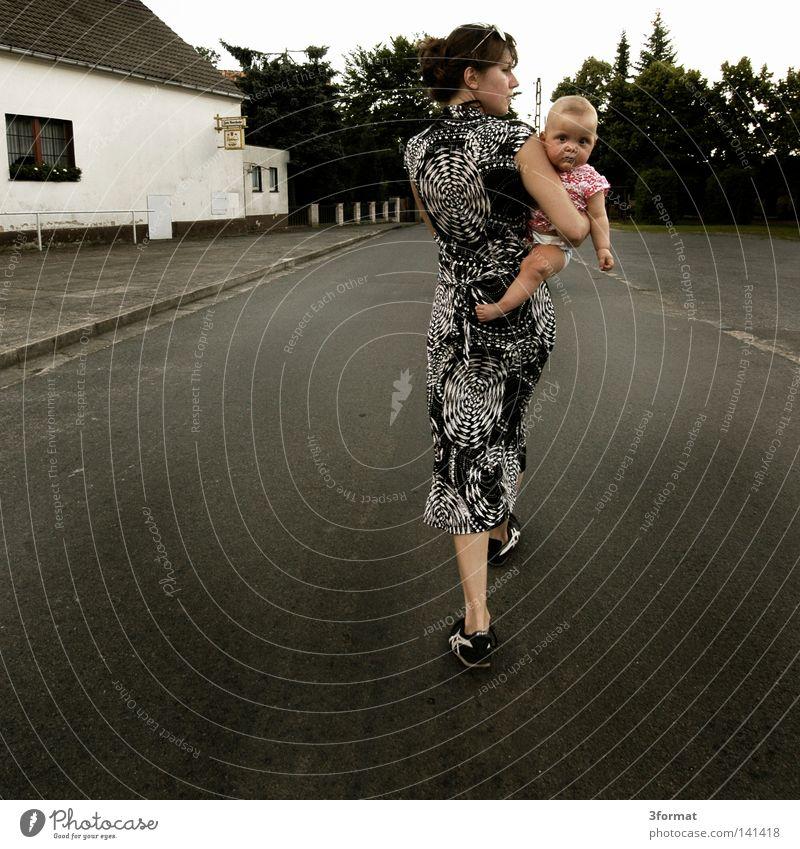 patin Mensch Frau Kind Familie & Verwandtschaft Ferien & Urlaub & Reisen Mädchen Sommer Einsamkeit Gesicht Eltern Straße feminin Wärme Freiheit Wege & Pfade