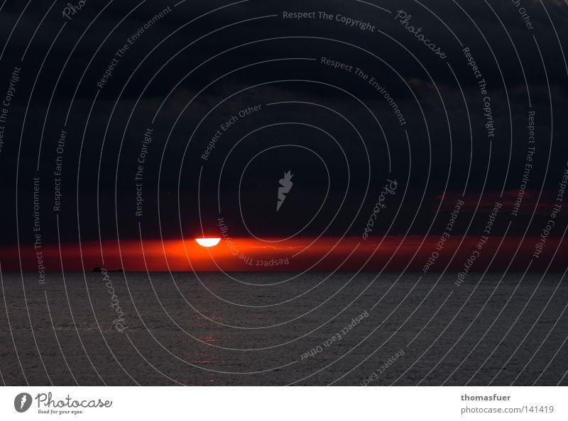 Rotlicht Wasser schön Meer rot Sommer Ferien & Urlaub & Reisen Ferne Lampe Wasserfahrzeug Horizont Ostsee Fernweh Abenddämmerung dramatisch Glut faszinierend