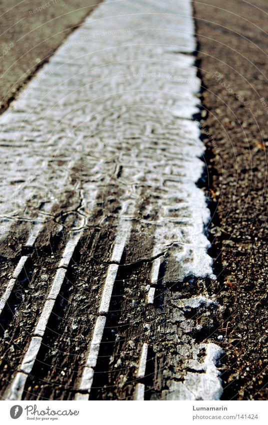 schnurstracks Verkehr Straßenverkehr Bodenbelag Asphalt Straßenbelag Am Rand Seitenstreifen Streifen Ordnung Spuren Reifenspuren Fußspur driften Unbekümmertheit