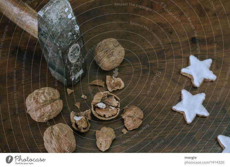 Nussknacker: ein Hammer der Nüsse öffnet, dazu drei Zimtstern - Plätzchen Lebensmittel Teigwaren Backwaren Süßwaren Ernährung Bioprodukte Vegetarische Ernährung