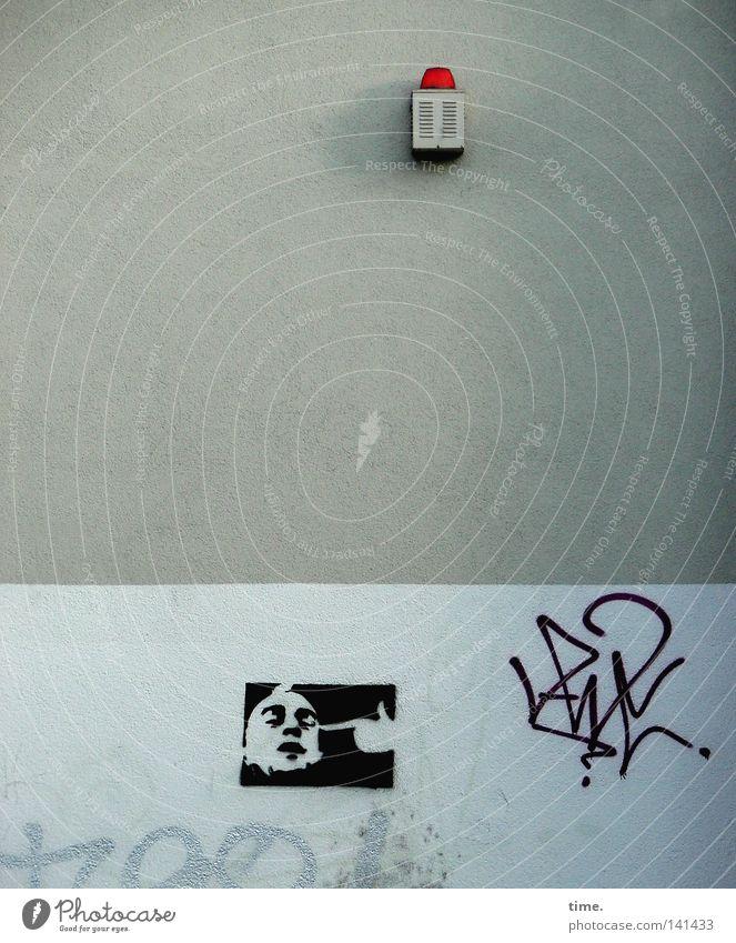 Userwohngegend (ungefährlich) Lampe Wand grau Graffiti Kunst Information obskur Teilung Verkehrswege Schmiererei Wandmalereien Aussage Notbeleuchtung
