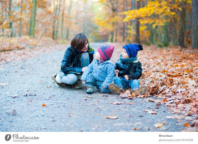 Geschwister Mensch Kind Jugendliche Mädchen Wald Herbst sprechen Wege & Pfade Junge Familie & Verwandtschaft Menschengruppe Kindheit sitzen Fröhlichkeit Baby