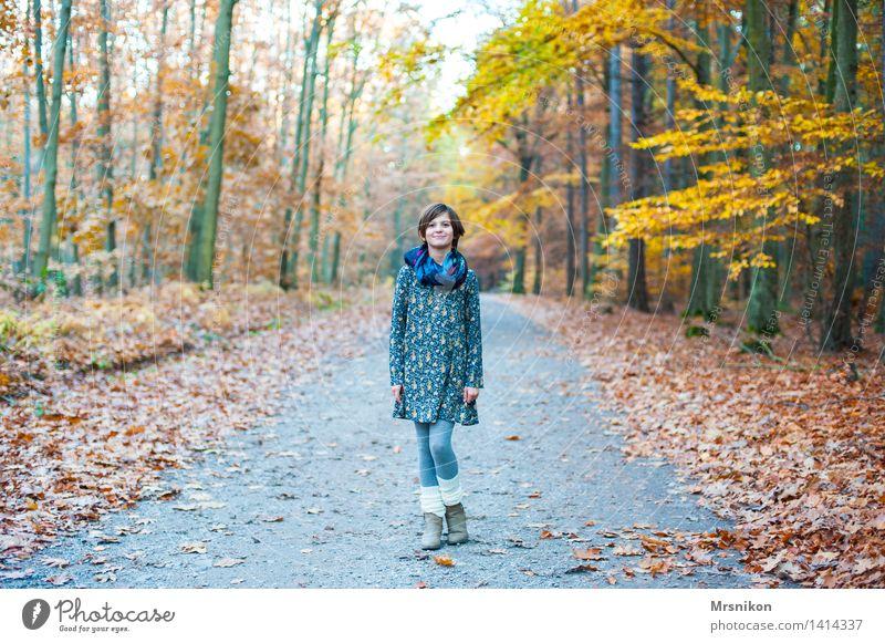 here i am feminin Mädchen Kindheit Jugendliche Leben 1 Mensch 8-13 Jahre Natur Herbst Wald stehen herbstlich Herbstwald Herbstlaub Fußweg Wege & Pfade Blatt