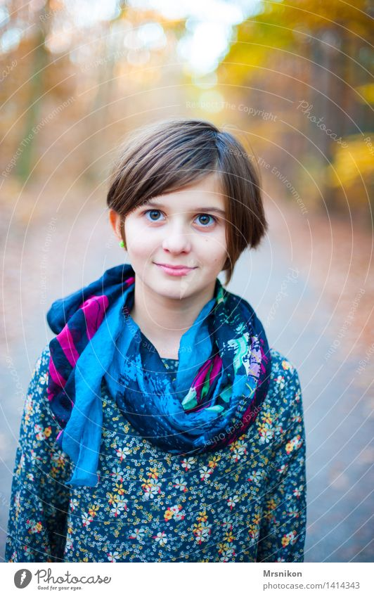 hier und jetzt Kind Mädchen Kindheit Jugendliche 1 Mensch 8-13 Jahre Zufriedenheit selbstbewußt Herbst Herbstwald herbstlich Tuch Mädchengesicht Mädchenportrait