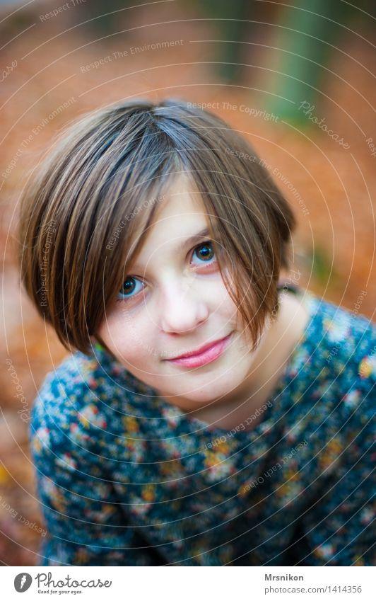 Mädchen feminin Kind Kindheit 1 Mensch 8-13 Jahre schön Herbst herbstlich Herbstlaub sitzen Blick Auge Augenfarbe Lächeln Verschmitzt direkt Farbfoto