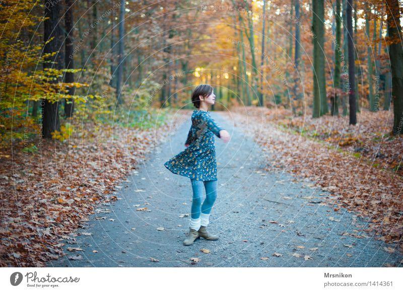 lebendig Mensch Kind Natur Jugendliche Mädchen Leben Herbst feminin Kindheit Fröhlichkeit Tanzen Lebensfreude Schönes Wetter 8-13 Jahre Herbstlaub drehen