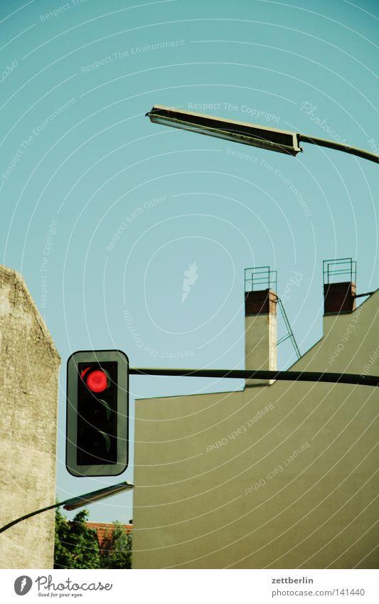 Rot rot Haus Wand Beleuchtung Fassade Ordnung Verkehr Kommunizieren stoppen Laterne Straßenbeleuchtung Schornstein Ampel Tradition Gesetze und Verordnungen Halt