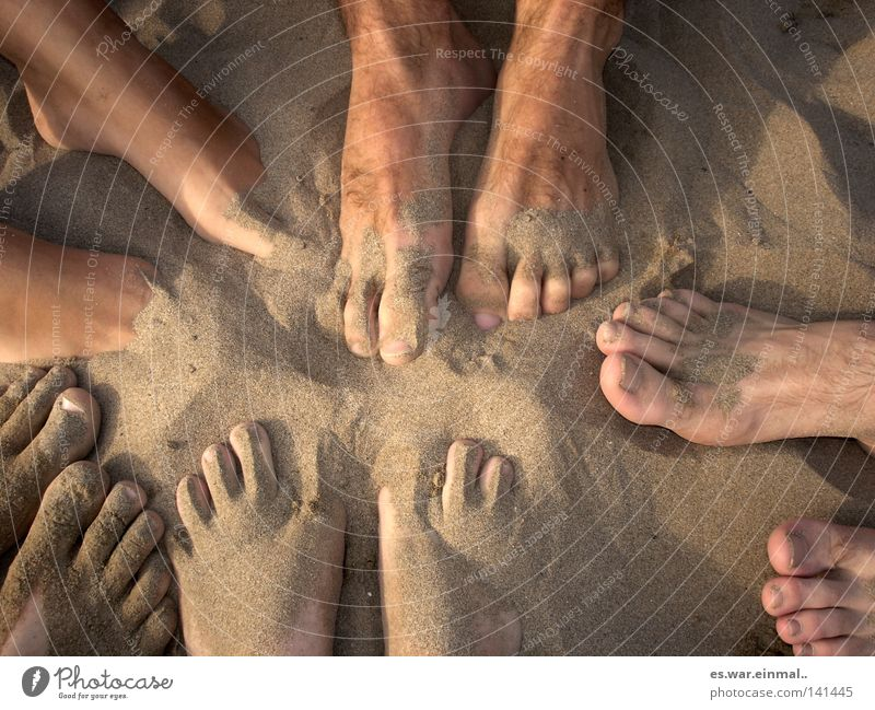 dare to be bare. Ferien & Urlaub & Reisen Sommer Meer Freude Sand gehen Fuß Freundschaft maskulin Haut Arme laufen mehrere nass Kommunizieren Kreis