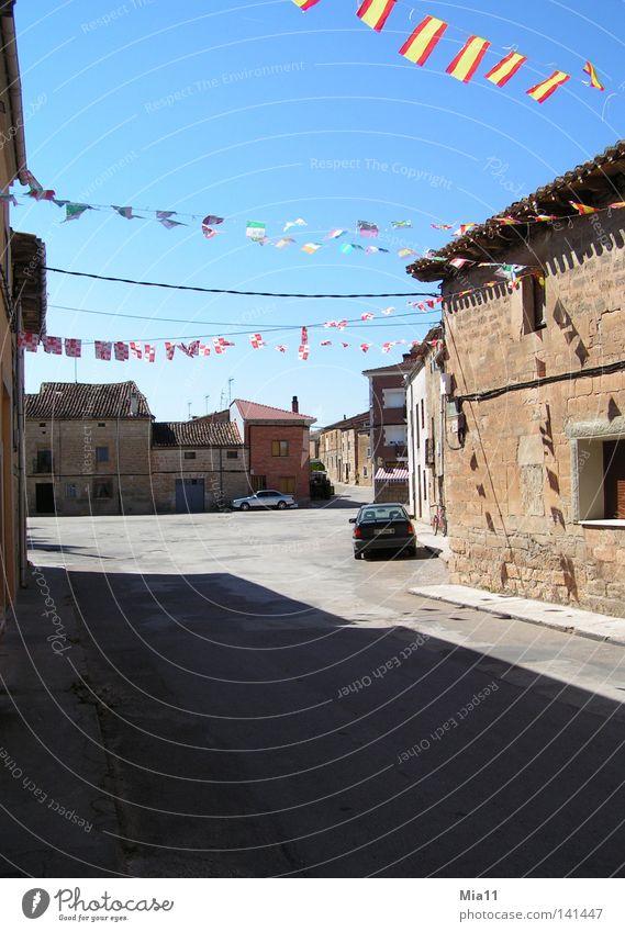 Siesta Sommer Haus PKW leer KFZ Platz Fahne heiß verfallen Spanien Verkehrswege Siesta ausgestorben