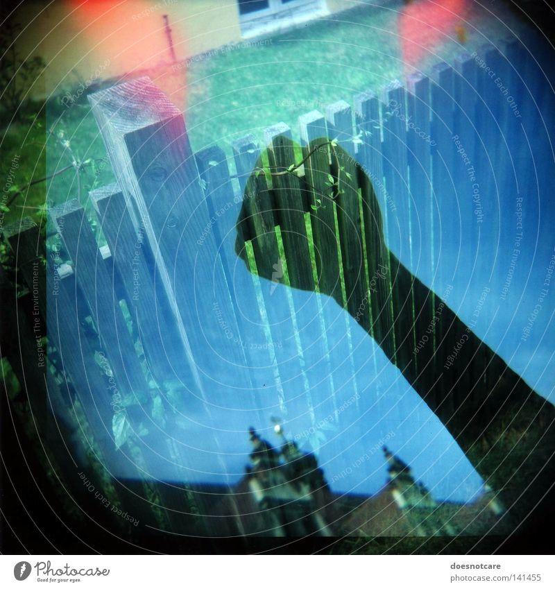 Einen Streit vom Zaun brechen. Doppelbelichtung Lomografie Holga Mittelformat Rollfilm Faust kämpfen Krieg Ärger Garten Wut Kraft Diana+ vignette