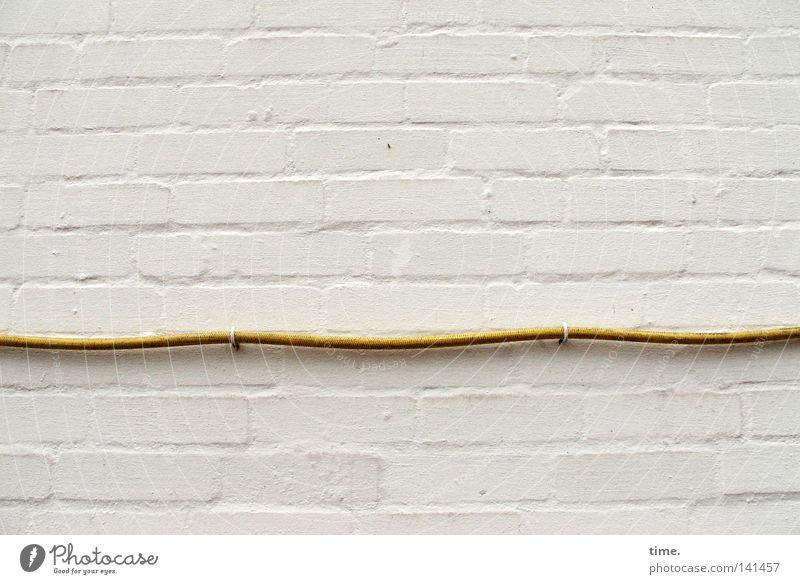 Woher? Wohin? Und warum auch nicht? Mauer Wand Stein weiß Steinmauer Haken Schlauch horizontal Halterung Linearität biegen Putz fließen geweißt eingespannt