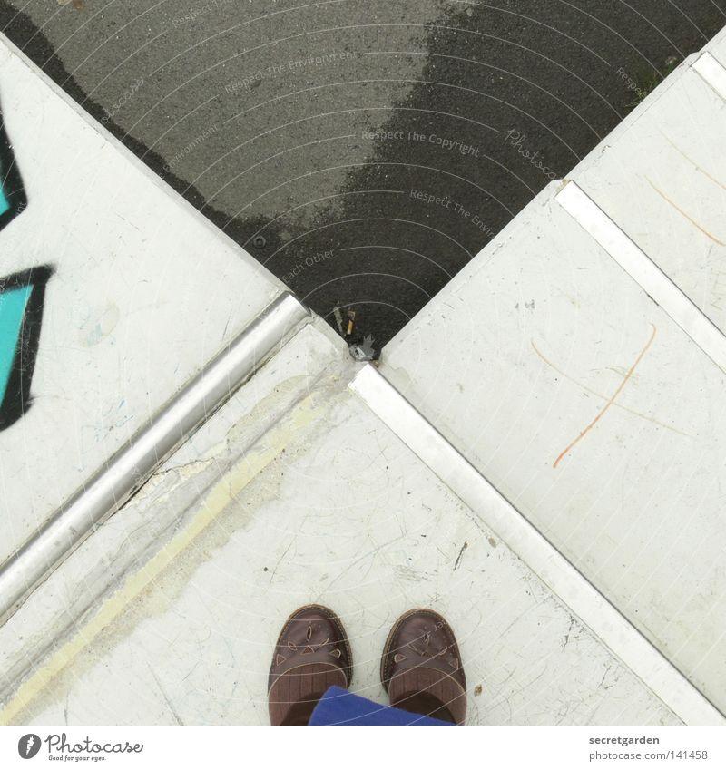 [HH08.2] hoch oben Wasser weiß Straße Spielen Graffiti Architektur Wege & Pfade Fuß braun Schuhe nass Platz Treppe außergewöhnlich