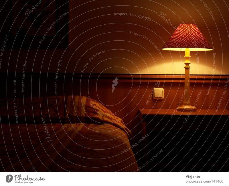 Schäfchen zählen ... Ferien & Urlaub & Reisen ruhig Einsamkeit Lampe dunkel Raum schlafen Bett Hotel Dienstleistungsgewerbe gemütlich Decke Miete fremd Kissen