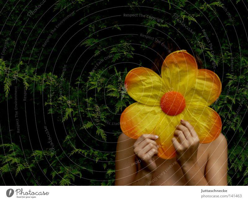 Powerflower Kindheit Blume Blüte verstecken verborgen Versteck kaschieren geheimnisvoll Blütenblatt gelb orange festhalten Maske Garten Zufriedenheit getarnt