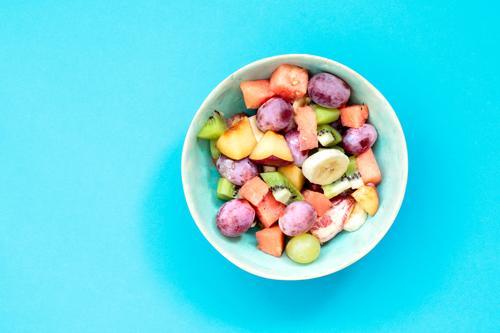 blau Lebensmittel hell Frucht frisch Ernährung Aussicht Tisch einfach Sauberkeit Gemüse lecker Bioprodukte Schalen & Schüsseln Top Mahlzeit