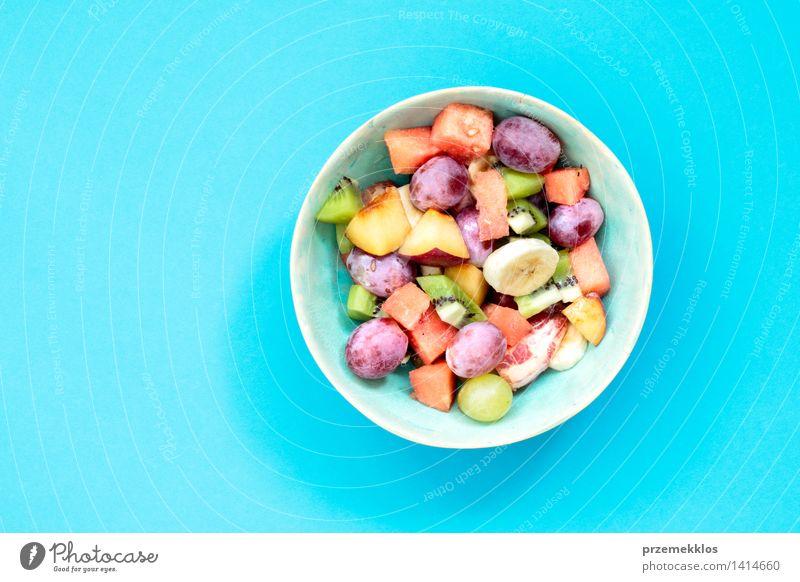 Salat mit frischen Früchten blau Lebensmittel hell Frucht Ernährung Aussicht Tisch einfach Sauberkeit Gemüse lecker Bioprodukte Schalen & Schüsseln Top Mahlzeit
