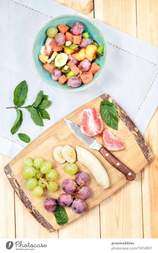 Salat mit frischen Früchten grün Lebensmittel hell Frucht Ernährung Aussicht Tisch einfach Sauberkeit Gemüse lecker Bioprodukte Schalen & Schüsseln Top Mahlzeit
