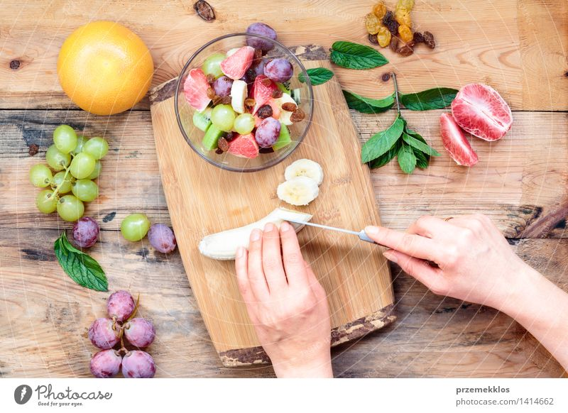 Salat mit frischen Früchten machen Mensch Frau grün Hand Erwachsene Holz Lebensmittel hell Frucht Aussicht Tisch einfach Sauberkeit Gemüse lecker